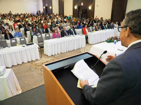 Ramón Ventura Camejo se dirige a los presentes en el seminario sobre capacitación en administración pública.