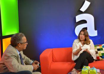 """Vielka Polanco, directora ejecutiva del CASFL, entrevistada por el periodista Gustavo Olivo, en el programa """"A partir de ahora"""", que se transmite por Acento TV."""