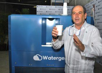 El embajador de Israel en República Dominicana, Daniel Biran, explica el proceso de la máquina Watergen para la producción de agua potable.