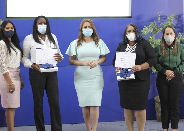 Yolanda Padilla y Mirtha Madelyn Mercado reciben sus certificado de graduación, fueron las más destacadas durante el proceso de formación.