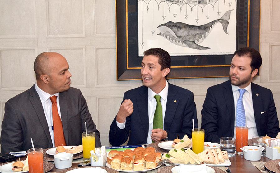 Jairon Severino, director de elDinero, conversa con los ejecutivos de AFI Universal Santiago Sicard Herrera y Yan Piero Núñez-Del Risco. | Lésther Álvarez