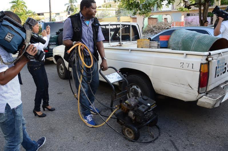Brigadas de la CAASD están incautando los equipos de lavaderos de autos informales para evitar el desperdicio de agua.
