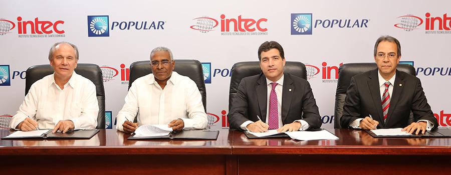 Alfonso Casasnovas y Rolando M. Guzmán, directivos de Intec, junto con los representantes del Grupo Popular Christopher Paniagua y José Mármol, durante la firma del acuerdo.