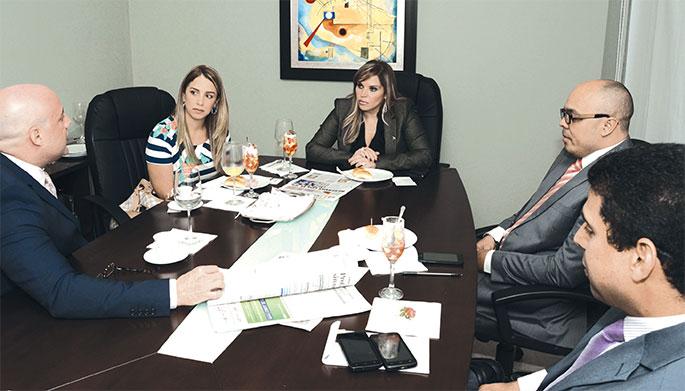 La presidenta de Banesco RD, Linda Valette, y la vicepresidente de Mercadeo, Carolina Veras, junto a René del Risco, Jairon Severino y Esteban Delgado.