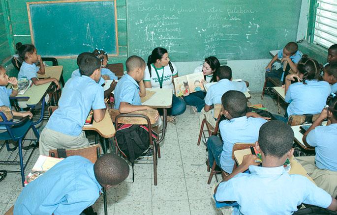 Gran parte de los programas con la comunidad consisten en el voluntariado de los colaboradores del banco, quienes dedican su tiempo para educar a niños y adultos.