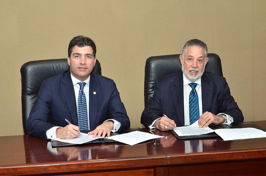 Christopher Paniagua, vicepresidente de Negocios del Banco Popular, y Campos de Moya, presidente de la AIRD, firmaron el acuerdo de capacitación de Pymes.
