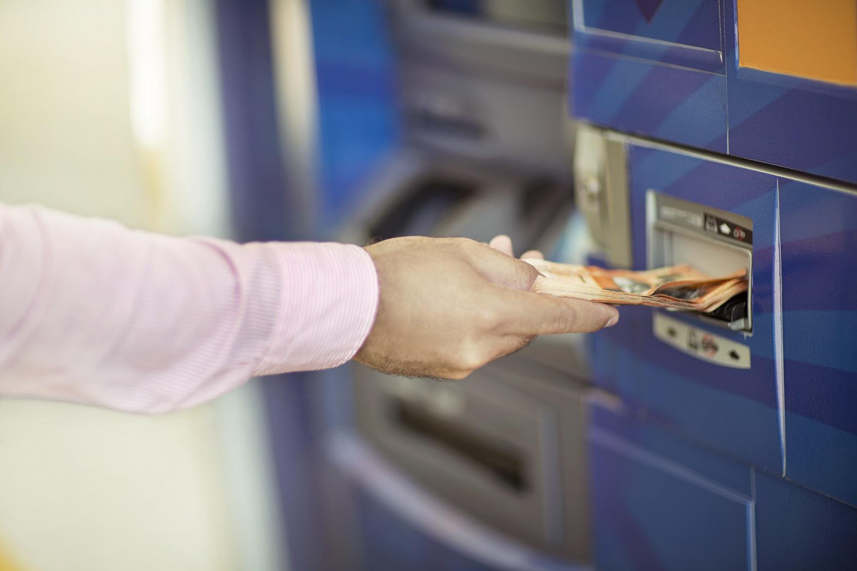 El Banco Central indica que la recarga mensual de efectivo en los cajeros automáticos aumentó en 12.8% de septiembre a octubre.