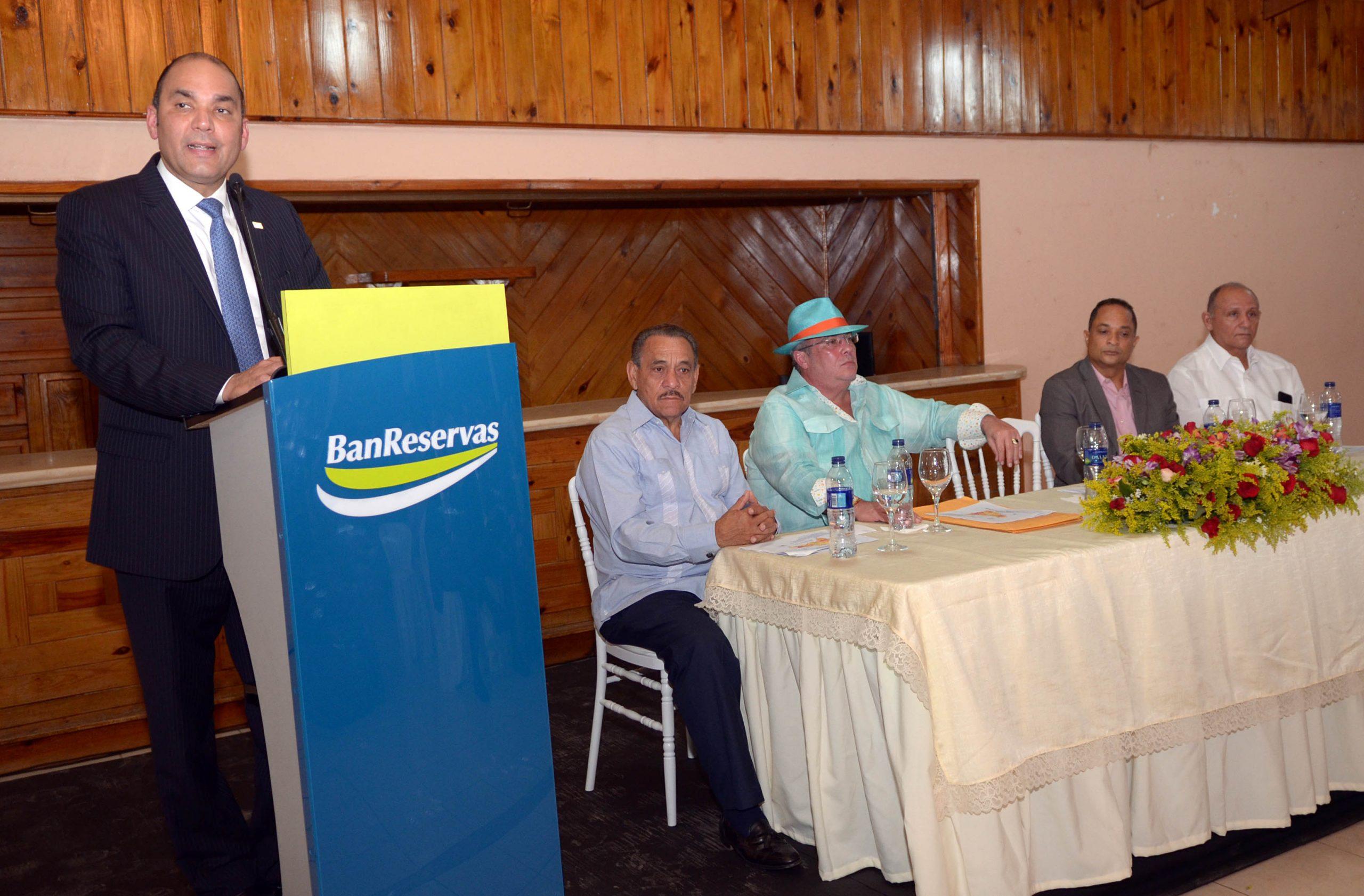 Enrique Ramírez Paniagua, administrador del BanReservas, durante el encuentro de la Cámara de Comercio de esa provincia.