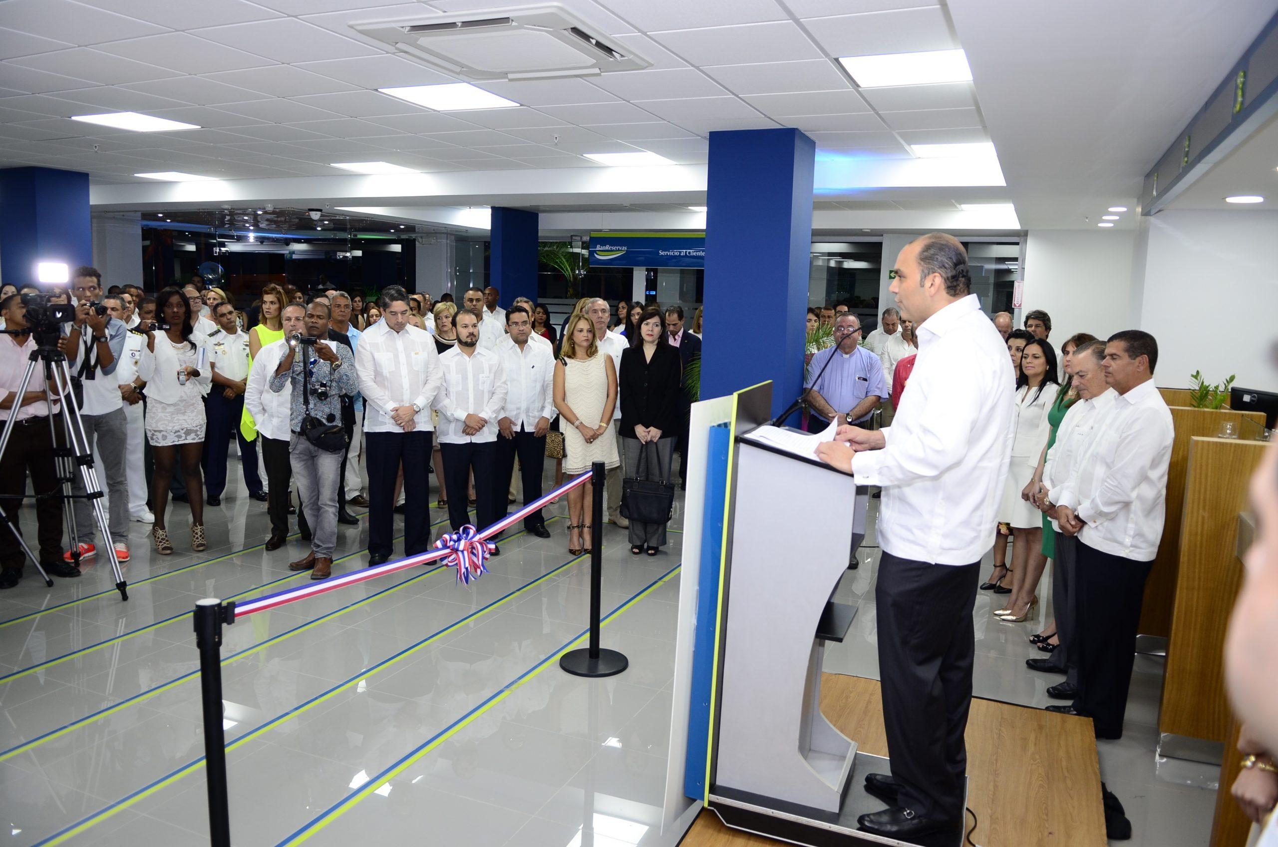 Enrique Ramírez Paniagua, administrador general del Banco de Reservas, durante la inauguración de la nueva oficina en Punta Cana.