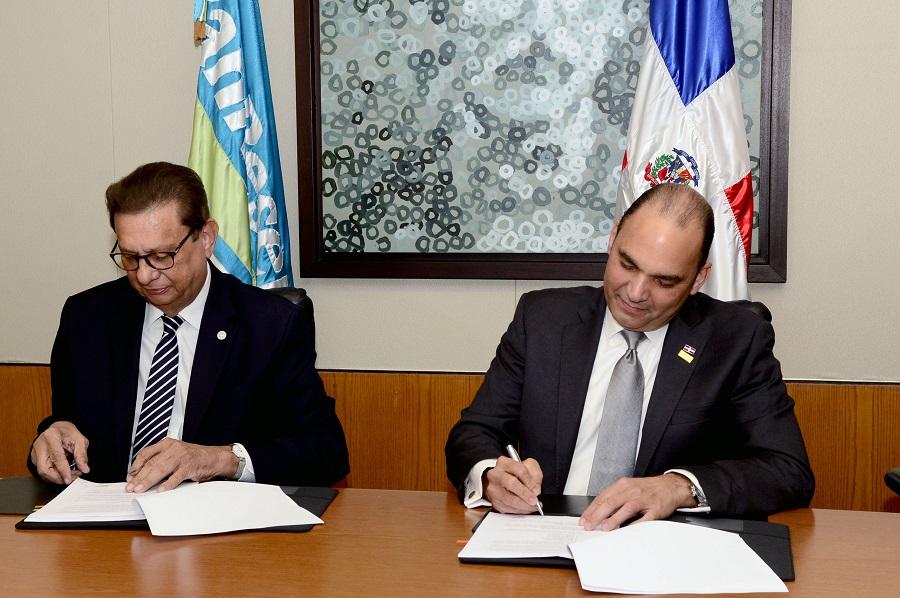 El rector de al UNPHU, Miguel Fiallo Calderón, y Enrique Ramírez Paniagua, administrador del BanReservas.