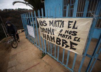 Un cartel de protesta en la puerta de una parroquia de Valparaíso (Chile), en una fotografía de archivo. | Alberto Valdés, EFE.