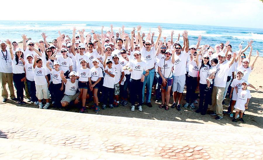 Empleados de CitiBank en República Dominicana junto a miembros de la Fundación Vida Azul durante una jornada de limpieza de la playa Güibia.