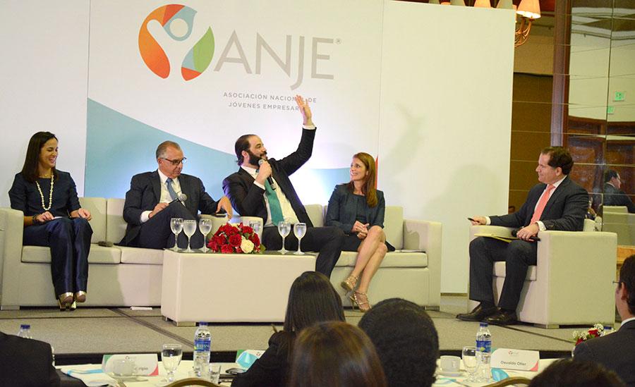 """El panel """"Rompiendo paradigamas hacia la innovación y la competitividad"""" reunió a cinco de los empresarios más importantes del país."""