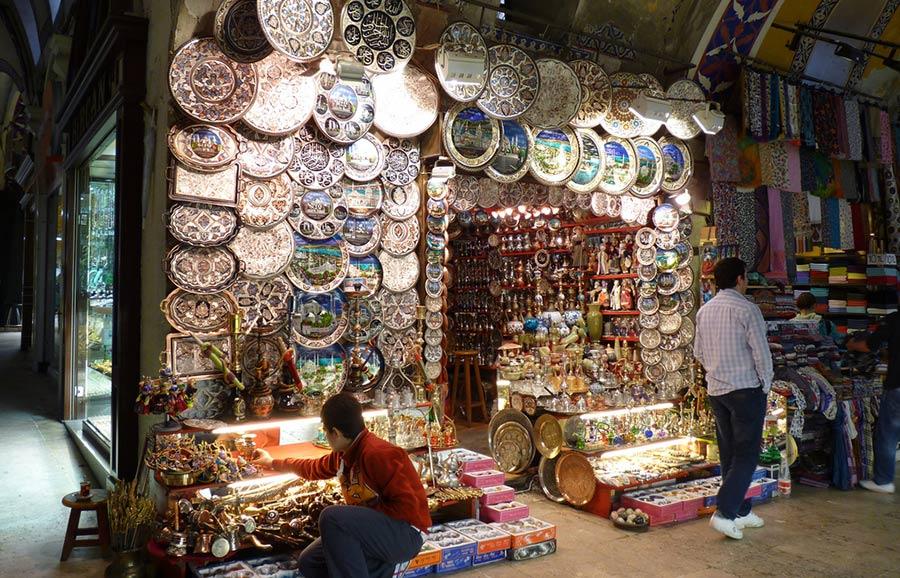 """Los bazares son comunes en el Medio Oriente, Arabia e India. La palabra """"bazar"""" significa """"lugar de los precios""""."""