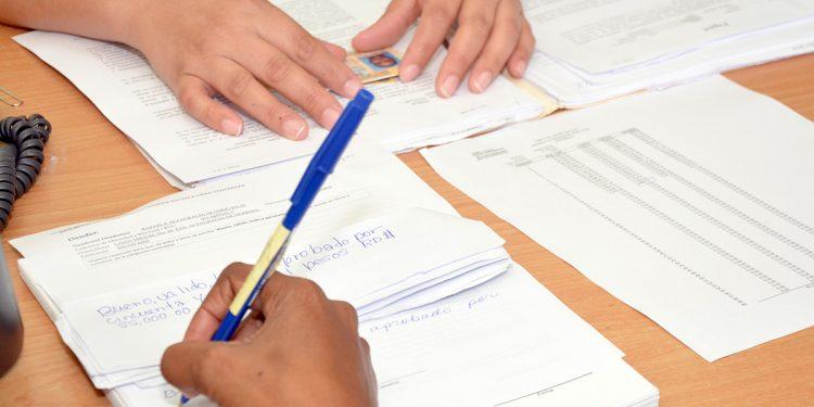 El contrato de adhesión está elaborado de manera unilateral y es aprobado por la Superintendencia  de Bancos.