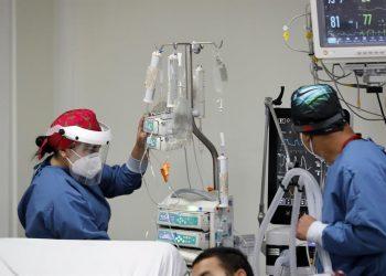 Personal médico atiende a un enfermo en una unidad de cuidado intensivo del Hospital El Tunal, el 17 de enero de 2021 de en Bogotá, Colombia. | Mauricio Dueñas Castañeda, EFE.