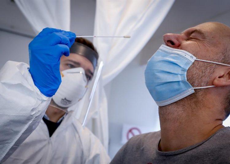 Un total de 35,198 personas permanecen con el virus, después de que 229,368 lo superaran, de acuerdo con el boletín de Salud Pública. | Olivier Hoslet, EFE.