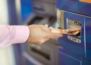 Los cajeros permiten a los usuarios retirar y depositar efectivo, así como consultar su balance sin necesidad de ir a las sucursales bancarias.