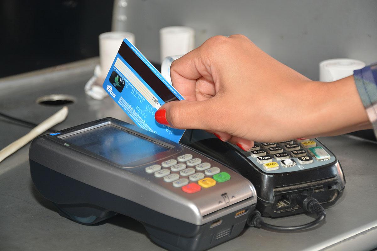 deuda tarjetas de credito/ El 94.7% de los consumos con tarjetas de crédito, en noviembre, fue financiado por bancos múltiples.
