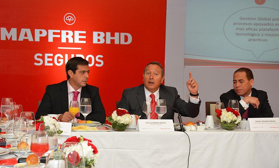 Faustino Pérez, Luis Gutiérrez y Rafael Rosario, directivos de Mapfre BHD.   Gabriel Alcántara