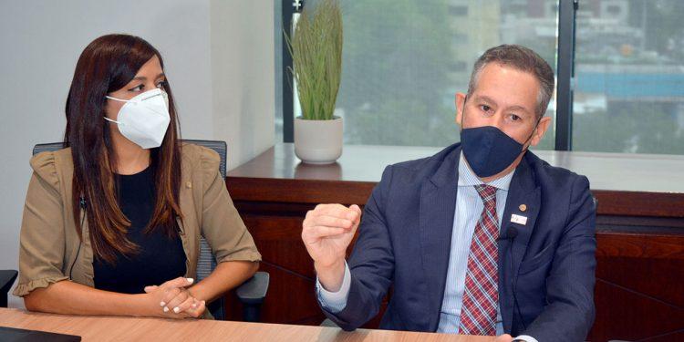 Awilda Florencio, gerente de Productos, y Francisco Javier Guzmán Arboleada, vicepresidente  Pymes BHD León durante la visita al periódico elDinero.