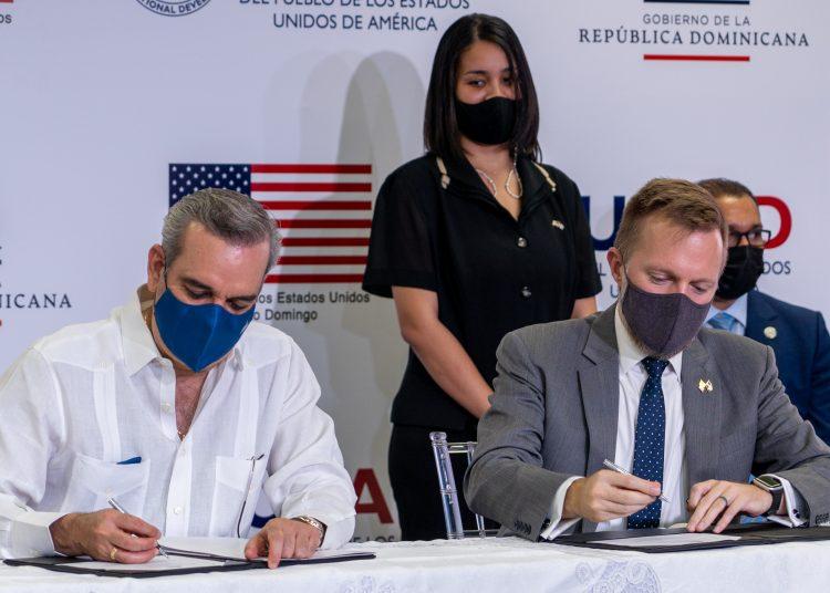 El presidente, Luis Abinader, y el encargado de negocios de la embajada de los Estados Unidos, Robert W. Thomas, durante la firma del acuerdo. | Fuente externa.