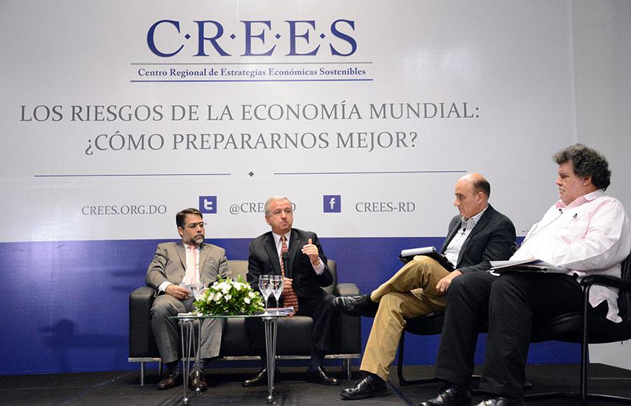 Felipe Larraín responde preguntas al término de la conferencia. /Gabriel Alcántara