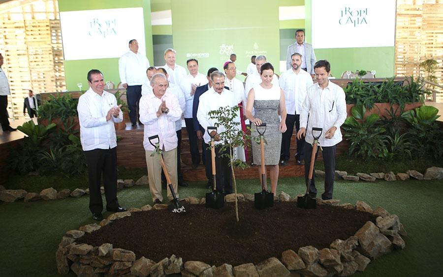 Francisco Javier Garcia, Gustavo Cisneros, Danilo Medina, Adriana Cisneros y Ricardo Suárez.