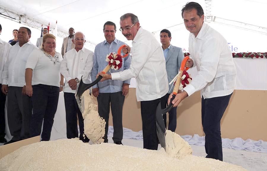 El presidente Danilo Medina asistió al primer palazo con el ministro de Turismo, Francisco Javier García, y otros funcionarios.