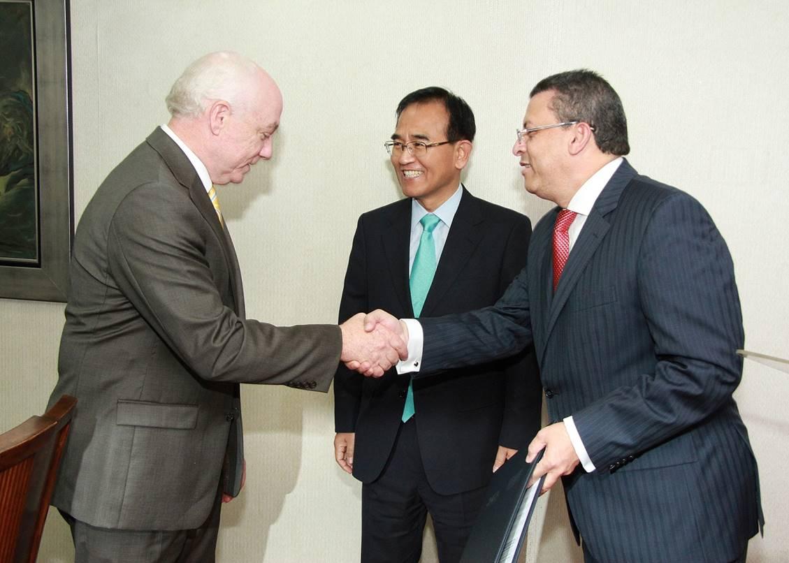 El presidente de Imca, Pedro Esteva, recibió la certificación de manos del director general de Aduanas, Fernando Fernández.