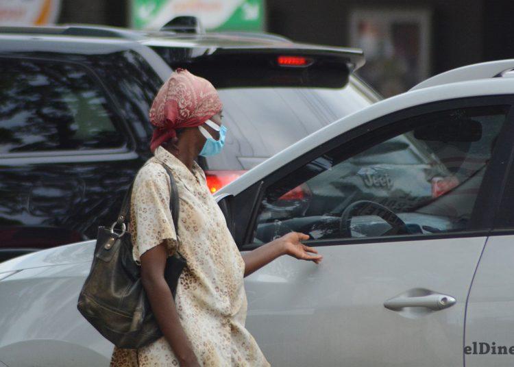 Con frecuencia se observan personas, en los distintos semáforos de la capital, pidiendo dinero.   Lésther Álvarez