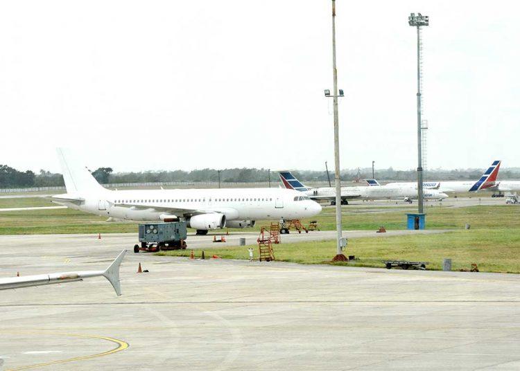 La industria aérea dominicana busca mantener sus operaciones. | elDinero