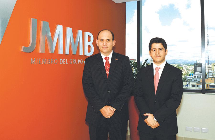 Edgar del Toro, gerente general de JMMB Funds, y William Veloz, administrador.