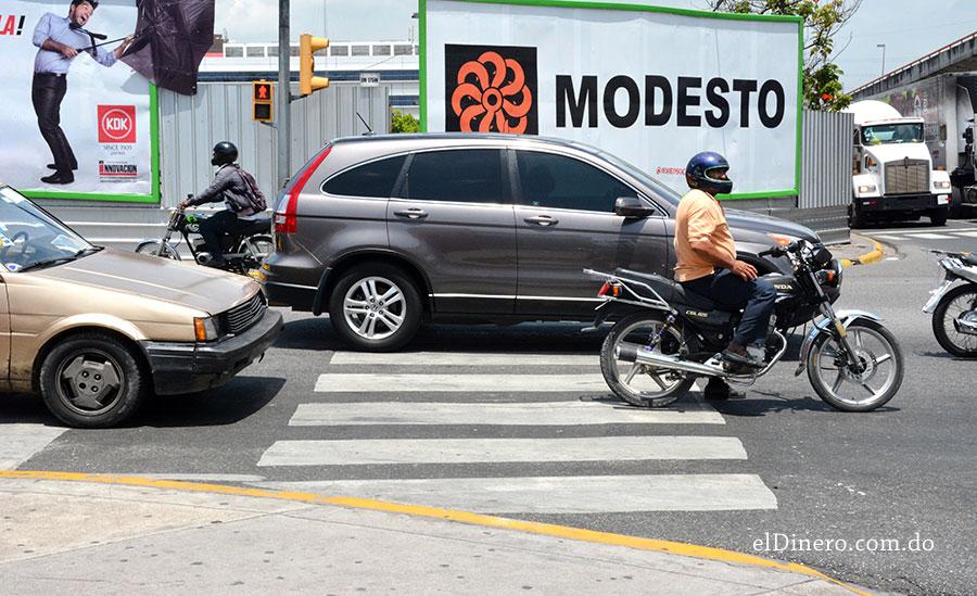 Los vehículos parados con el semáforo en rojo acostumbran ubicarse sobre la línea para peatones.