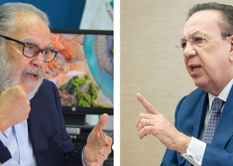 Miguel Ceara Hatton y Héctor Valdez Albizu, ministro de Economía, Planificación y Desarrollo y gobernador del Banco Central, respectivamente.