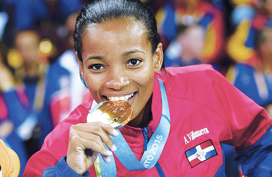 Ana Villanueva celebra orgullosa la obtención de su segunda medalla de oro en los Juegos Panam 2015.
