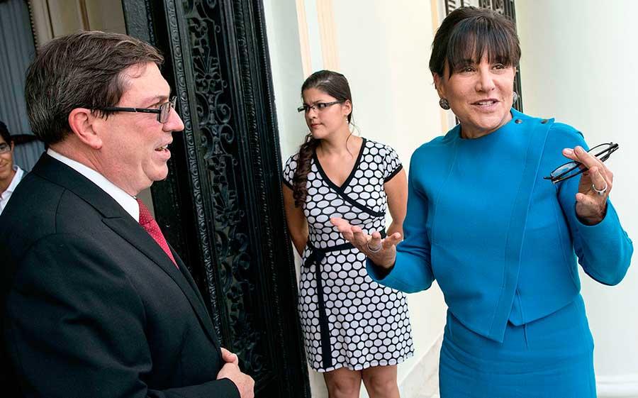 Penny Pritzker, derecha, secretaria de Comercio de Estados Unidos habla con el canciller cubano Bruno Rodriguez en octubre de 2015.   Fuente externa