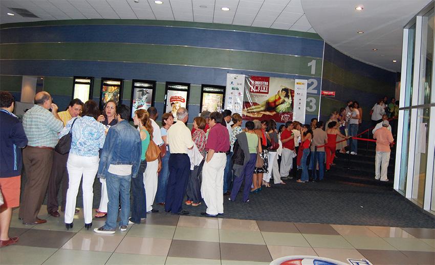 Personas de todas las edades acuden cada día a las salas de cine.