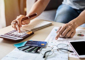 Evite sobregiros bancarios y pague su tarjeta de crédito dentro del plazo para no cargar intereses. | Fuente externa