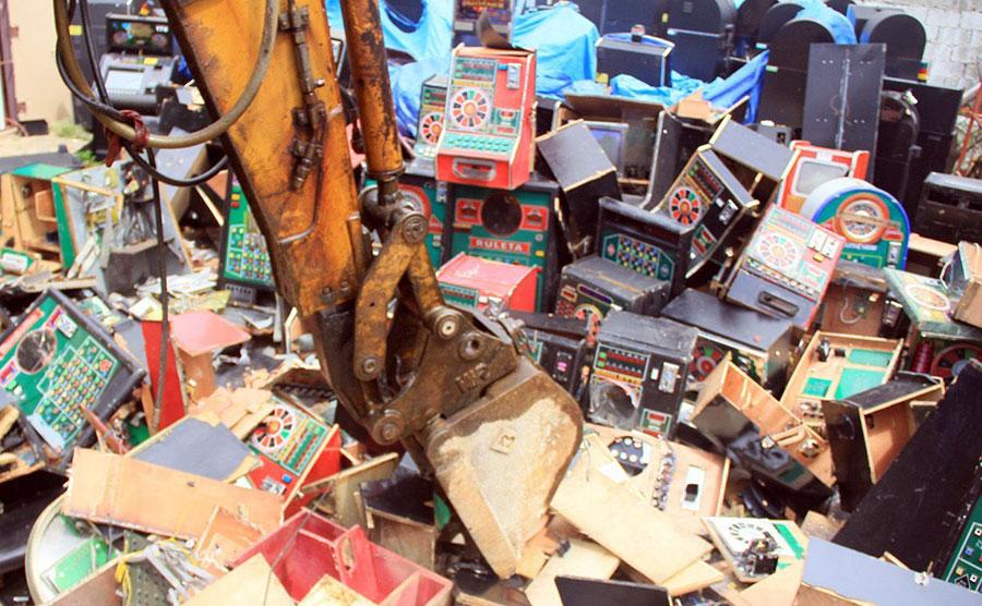 El Ministerio de Hacienda realiza operativos constantes para  incautar y destruir máquinas tragamonedas de uso ilegal.