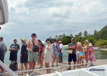 Turistas en Cayo Levantado, bahía de Samaná. | Lésther Álvarez